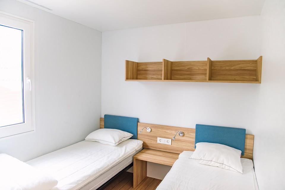 Sovrum med 2 sängar